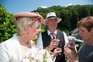 derniers ajustements vestimentaires (mariage en Combe de Savoie)