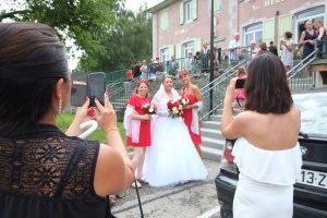 La mariée sous les objectifs des téléphones mobiles (mariage près de Chambéry)