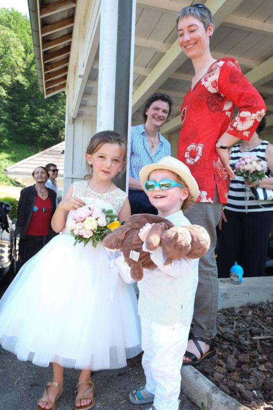 les enfants sont prêts pour le mariage