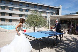 Partie de ping-pong par les mariés avant la cérémonie (mariage à Chambéry)