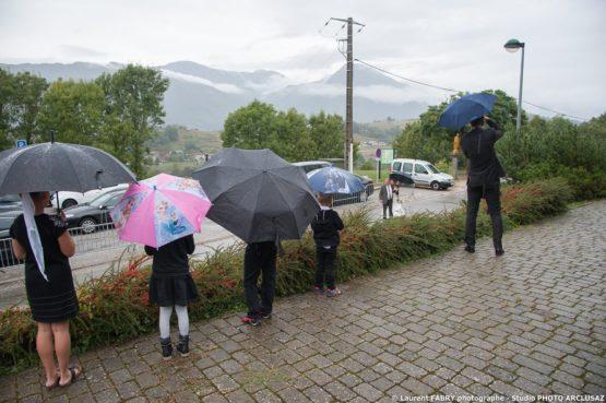 arrivée de la mariée entre les parapluies multicolores