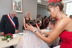 Retouche coiffure pendant la cérémonie (mariage près de Chambéry)