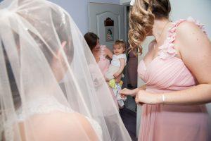 Fascination déclenchée par la robe de mariée (mariage à Challes-les-eaux)