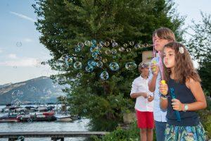 Des bulles pour les mariés (mariage au bord du lac d