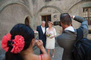 Les mariés posent pour leurs invités (mariage en Combe de Savoie)