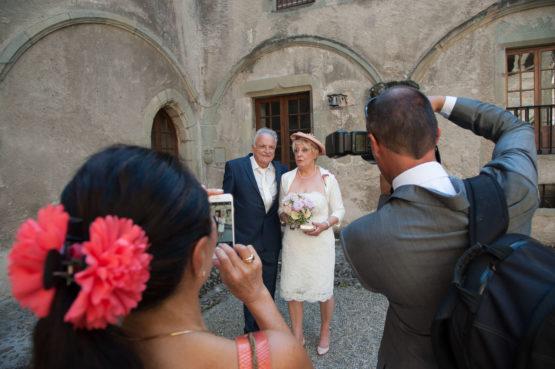 les mariés posent pour leurs invités
