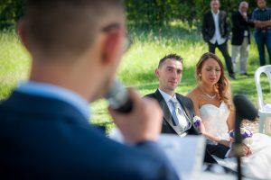 émotion pendant le discours du frère de la mariée (photographe mariage en Isère)