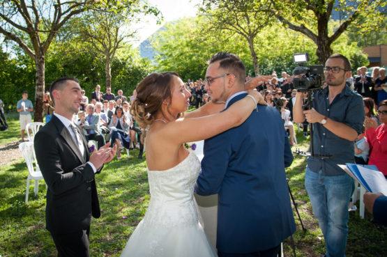 émotion après une vibrante chanson pour les mariés