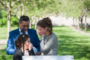 Fou rire après le discours des enfants (photographe mariage en Isère)