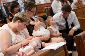Les enfants trouvent le temps long à la cérémonie religieuse du mariage