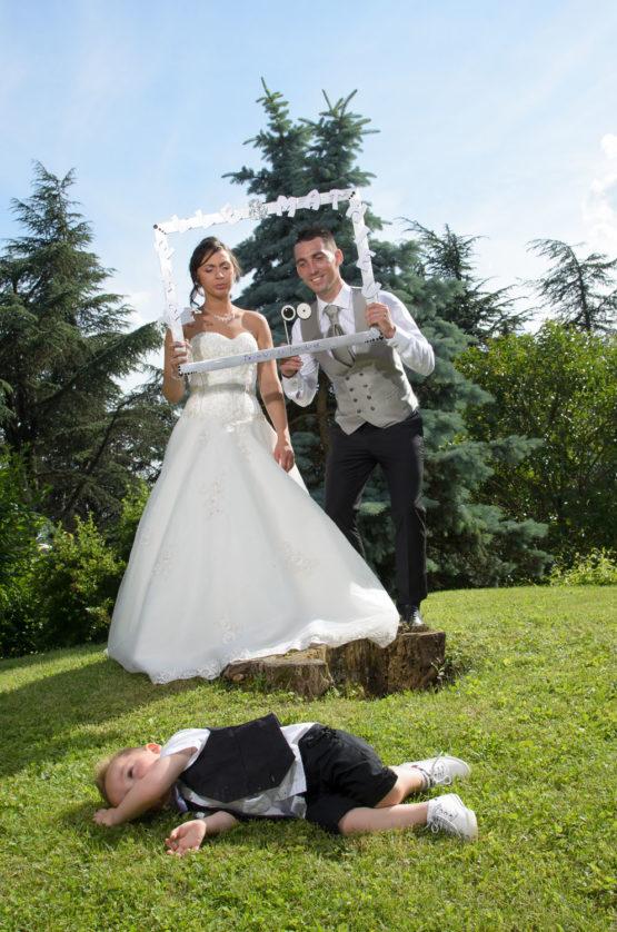 Photo bombing pendant la séance photo de mariage au jardin