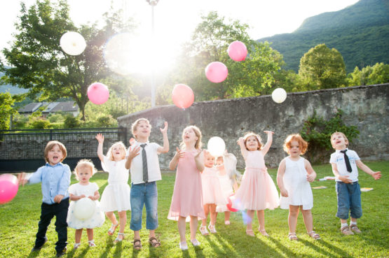 lancer de ballons par tous les enfants du mariage