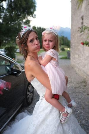 Grosse fatigue pour cette enfant dans les bras de la mariée (mariage à Cruet)