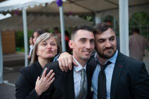 grimace devant les photographes  (mariage en Isère)