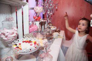 Hésitation devant le candie bar (mariage au casino de Challes-les-eaux)