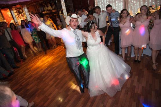 les mariés sur la piste de danse
