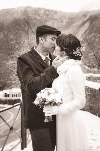 photographe de mariage en Savoie : Le marié embrasse la mariée, photo sépia