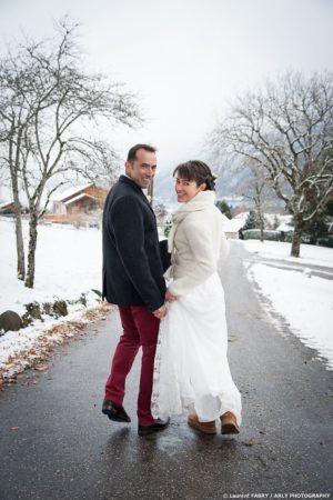 Les mariés se retournent vers leur photographe de mariage en Haute Savoie (74)