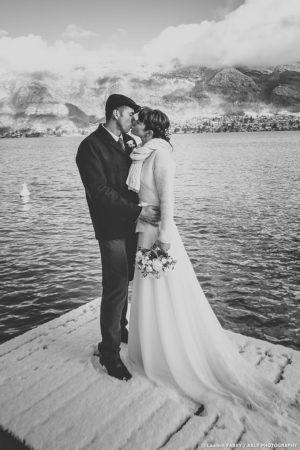 Le baiser des mariés sur un ponton au lac d Annecy, photographe 74 pour un mariage