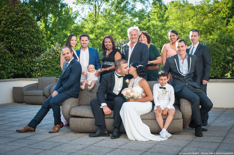 Photographe de mariage en Haute Savoie : photo de famille à l'Imperial Palace (Annecy)