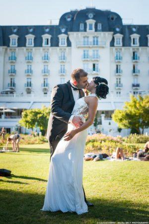 les mariés devant l hotel Imperial Palace, Annecy, photographe Haute Savoie