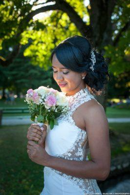 Photographe de mariage en Haute Savoie : portrait de la mariée avec son bouquet