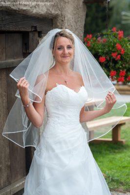 Photographe de mariage en Haute Savoie : portrait de la mariée tenant son voile
