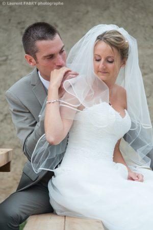 baiser sur la main de la mariée, photographe de mariage dans le val d