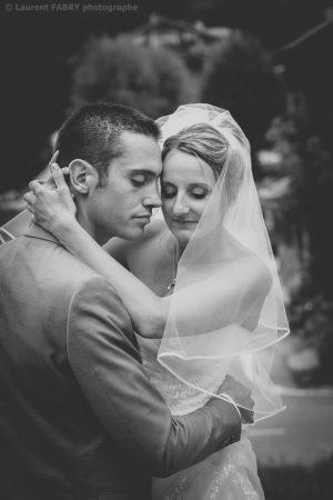 photographe de mariage en Savoie : portrait intime des mariés en noir et blanc