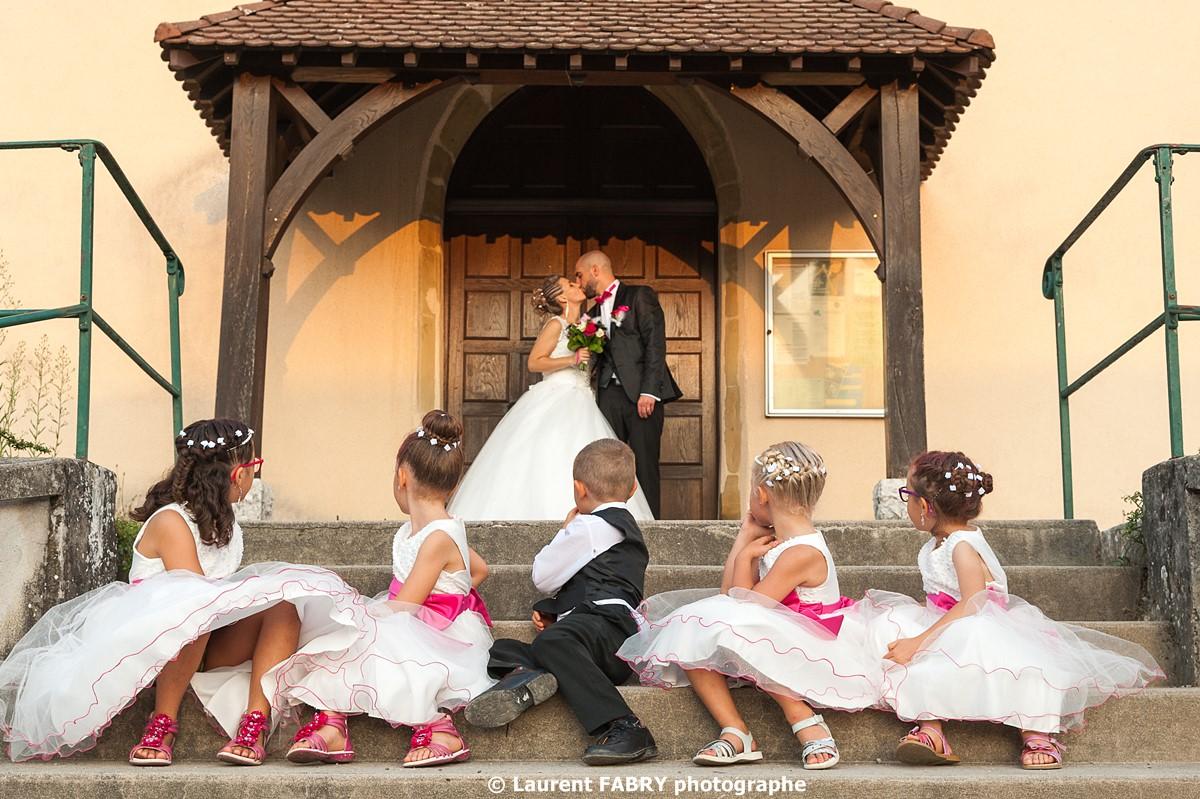 Photographe de mariage en Savoie : les mariés s embrassent devant tous leurs enfants