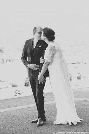 photo des mariés en noir et blanc, photographe mariage en Savoie