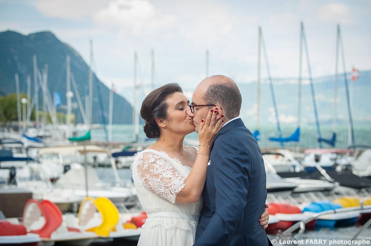 Photographe mariage Savoie : Séance de couple devant le port du lac du Bourget