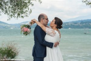 Les mariés devant le lac du Bourget, photographe de mariage en Savoie