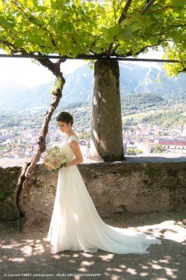 Photographe de mariage en Savoie : la mariée pose au jardin