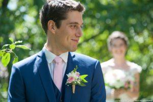 Le photographe organise la séance photo premier regard avant le mariage