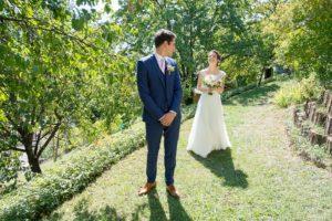 first look : le marié se retourne vers la mariée après l habillage, photographe à Gilly-sur-Isère