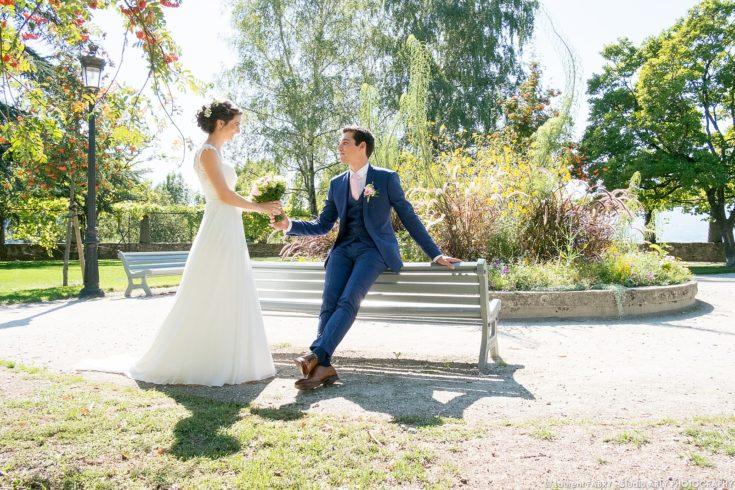 photo des mariés lors du mariage près de la tour Sarrasine à Albertville (photographe en Savoie)
