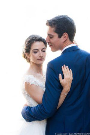 photographe de mariage en Savoie : portrait de couple lors du mariage sur fond blanc