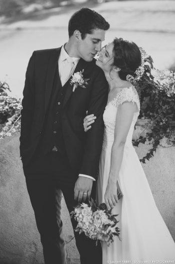 photo des mariés en noir et blanc le jour de leur mariage en Savoie (73)