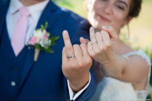 les mariés montrent leur alliance, après le mariage en Savoie (photographe pro Auvergne Rhône Alpes)